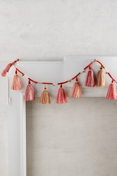 White and red simple garland decoration #diy #Christmas #homedecor #decorhomeideas