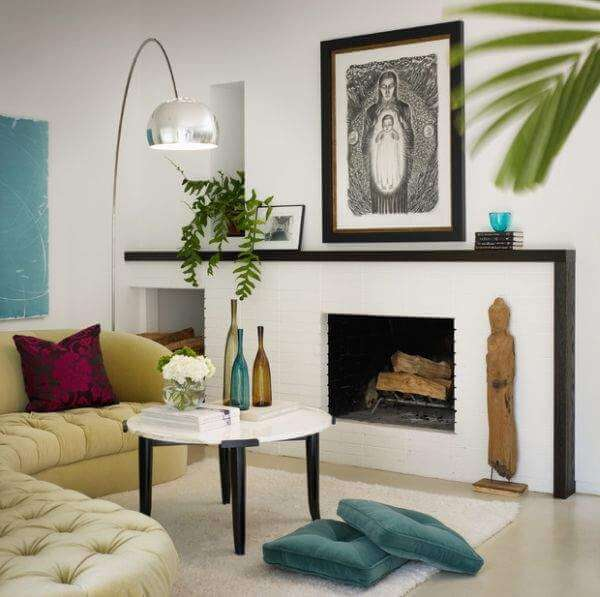 Small living room in bright colors with painting and fireplace #floorpillow #cushions #livingroom #homedecor #decoratingideas #decorhomeideas
