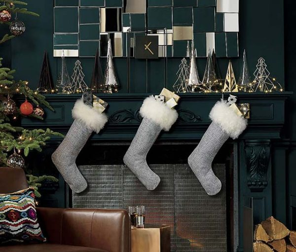 Gorgeous Christmas mantel décor with fluffy stockings #christmas #christmasdecor #decoration #christmasdecorations #decoratingideas #festive #decorhomeideas