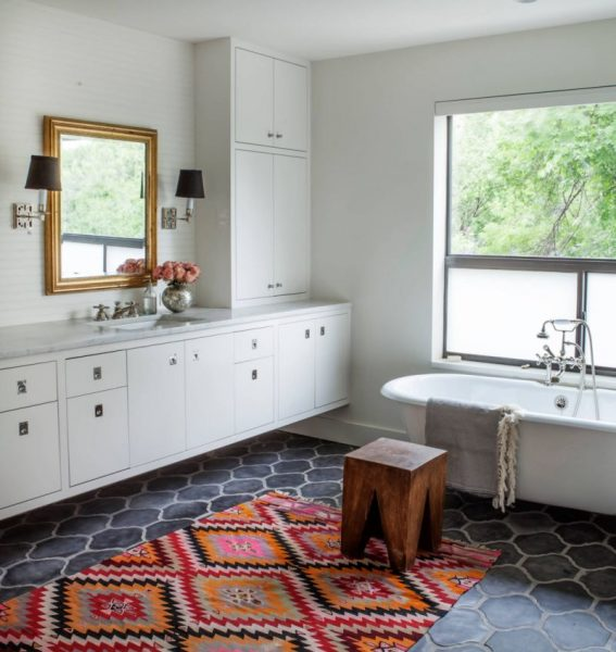 Rug decorated bathroom #bathroom #bathroomdesign #bathroomideas #bathroomreno #bathroomremodel #decorhomeideas