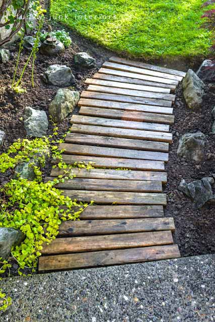 Close wood pathway #garden #diy #gardenideas #pathway #alley #gardening #landscaping #outdoordesign #backyard #decorhomeideas