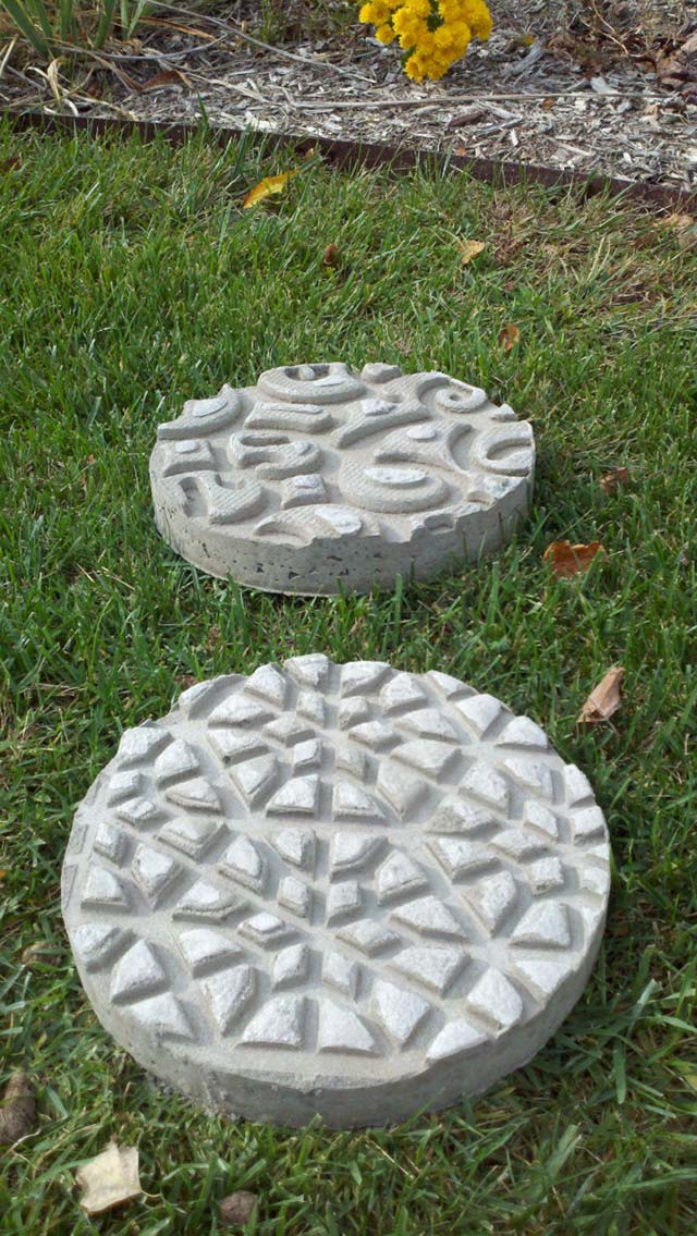 Patterned stepping stones garden pathway #gardens #gardening #diy #gardenideas #gardeningtips #decorhomeideas