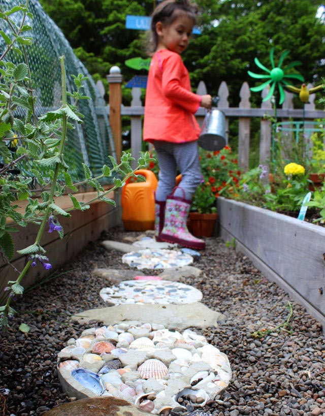 Rock and shell stepping stones #gardens #gardening #diy #gardenideas #gardeningtips #decorhomeideas