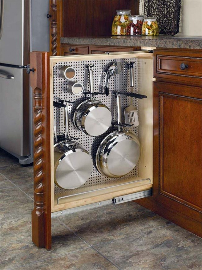 Vertical pans pull-out storage idea. #kitchen #storage #organization #cupboards #cabinets #decoratingideas #decorhomeideas #drawer
