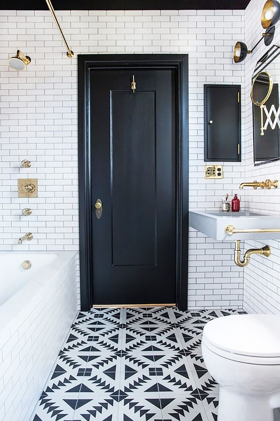 Chic black and white bathroom #bathroom #bathroomdesign #bathroomideas #bathroomreno #bathroomremodel #decorhomeideas