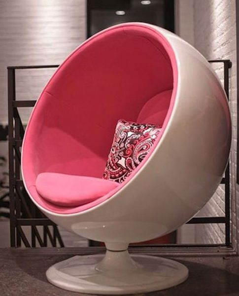 Great pink plastic chair idea #chair #furniture #homedecor #decoratingideas #diy #decorhomeideas