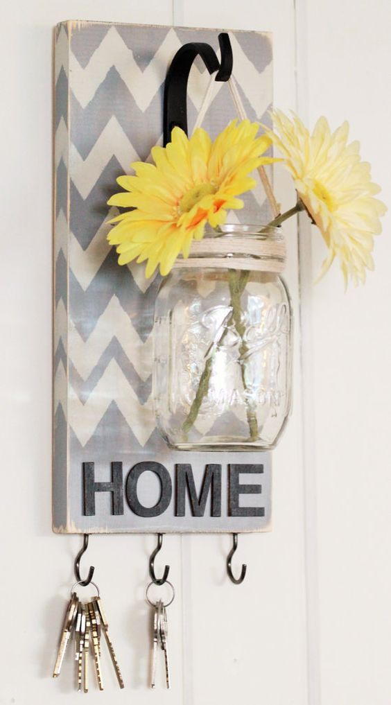 Key chains decor jar idea #jars #recycledjars #decoratingideas #homedecor #decorating #diy #home #decorhomeideas