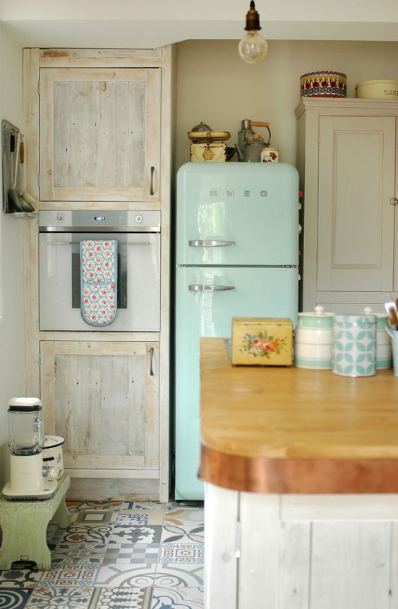 Modern vintage kitchen idea #kitchen #vintage #color #bold #design #interiordesign #homedecor #decorhomeideas