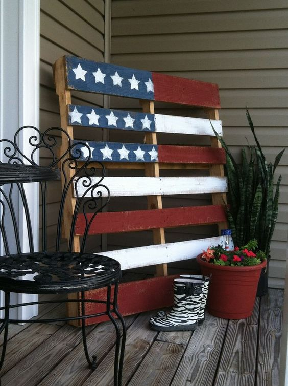 Pallet flag front porch idea #pallet #diy #porch #furniture #makeover #repurpose #wooden #wood #decoratingideas #decorhomeideas