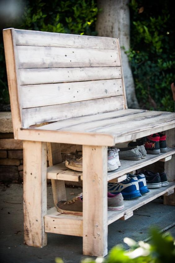 Pallet made shoe storage outdoor bench #pallet #diy #pallets #furniture #makeover #repurpose #wooden #wood #decoratingideas #decorhomeideas