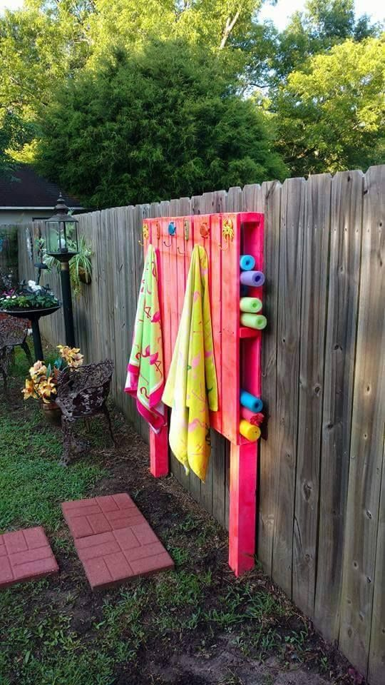 Pallet pool noodles towel holder idea #pallet #diy #pallets #furniture #makeover #repurpose #wooden #wood #decoratingideas #decorhomeideas