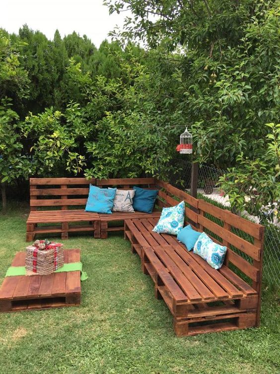 Pallet sofa and table garden idea #pallet #diy #patio #furniture #makeover #repurpose #wooden #wood #decoratingideas #decorhomeideas