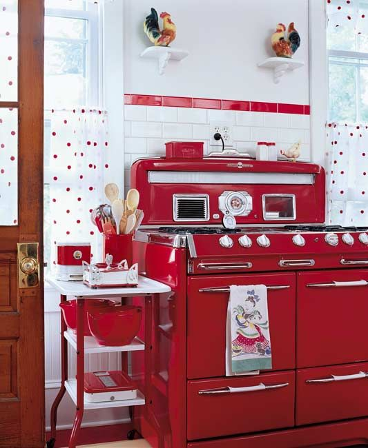 Red vintage kitchen decor idea #kitchen #vintage #color #bold #design #interiordesign #homedecor #decorhomeideas