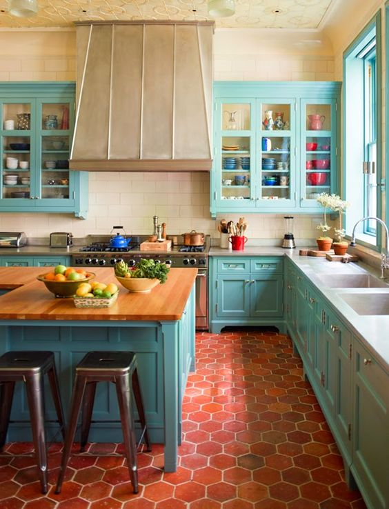 Turquoise vintage kitchen decor idea #kitchen #vintage #color #bold #design #interiordesign #homedecor #decorhomeideas