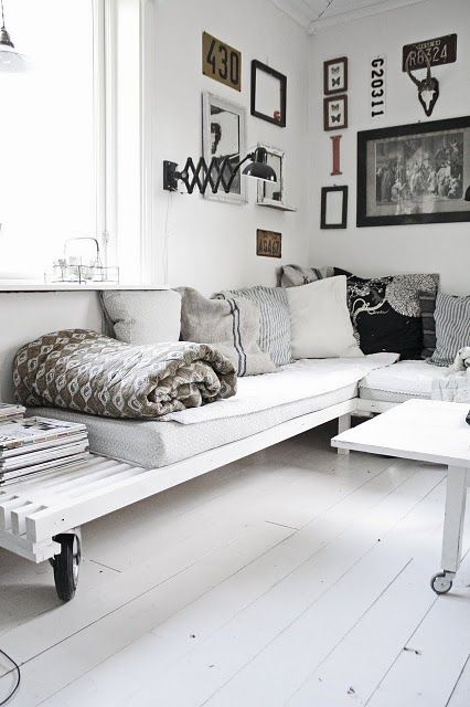 White pallet couch idea #pallet #diy #pallets #furniture #makeover #repurpose #wooden #wood #decoratingideas #decorhomeideas