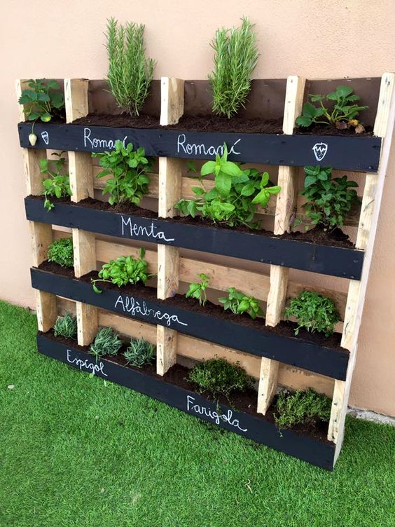 Wooden pallet vertical pallet garden idea #pallet #diy #garden #herbs #furniture #makeover #repurpose #wooden #wood #decoratingideas #decorhomeideas
