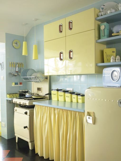 Yellow vintage kitchen decor idea #kitchen #vintage #color #bold #design #interiordesign #homedecor #decorhomeideas
