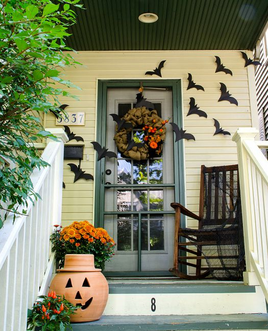 Halloween front porch decoration idea #frontdoor #porch #decor #falldecor #pumpkin #autumn #decoratingideas #homedecor #decorhomeideas #halloween