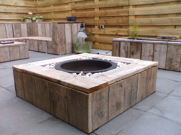 DIY fire pit with wood and pebbles #firepit #exterior #patio #decoratingideas #cozy #decor #garden #backyard #fire #design #decorhomeideas