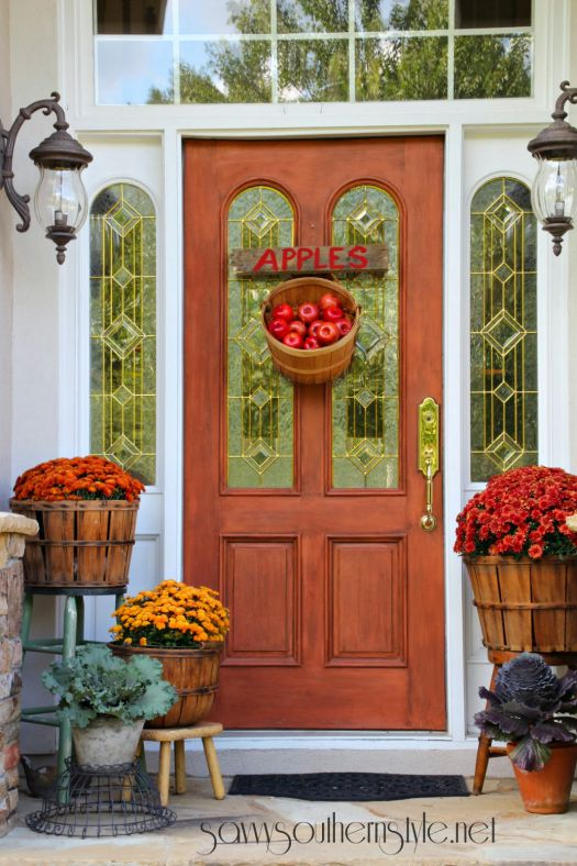 Fall front porch apples decoration idea #frontdoor #porch #decor #falldecor #pumpkin #autumn #decoratingideas #homedecor #decorhomeideas