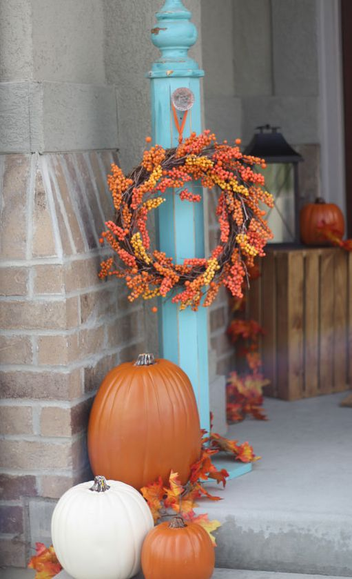 Fall leaves and pumpkins front porch decoration #frontdoor #porch #decor #falldecor #pumpkin #autumn #decoratingideas #homedecor #decorhomeideas