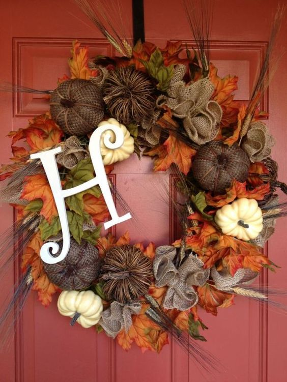 Fall wreath front porch decoration idea #frontdoor #porch #decor #falldecor #pumpkin #autumn #decoratingideas #homedecor #decorhomeideas #wreath