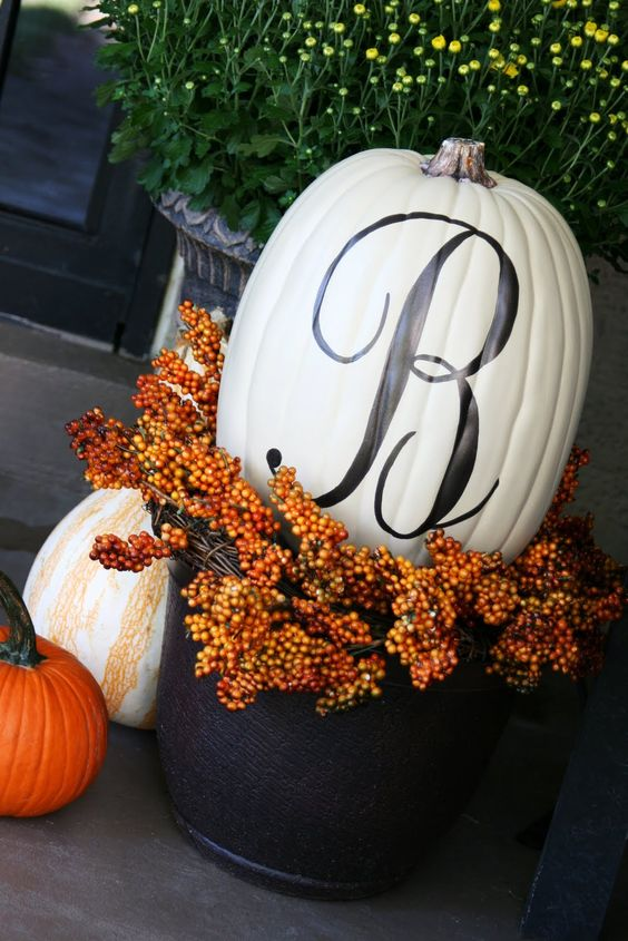 Front porch fall pumpkin decoration idea #frontdoor #porch #decor #falldecor #pumpkin #autumn #decoratingideas #homedecor #decorhomeideas