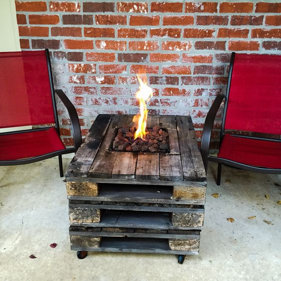 Gas fire pit built into pallet table #firepit #exterior #patio #decoratingideas #cozy #decor #garden #backyard #fire #design #decorhomeideas