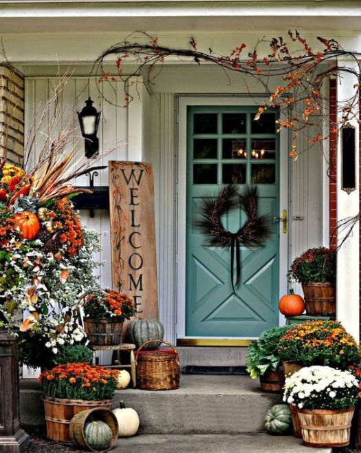 Great fall front porch decoration idea #frontdoor #porch #decor #falldecor #pumpkin #autumn #decoratingideas #homedecor #decorhomeideas