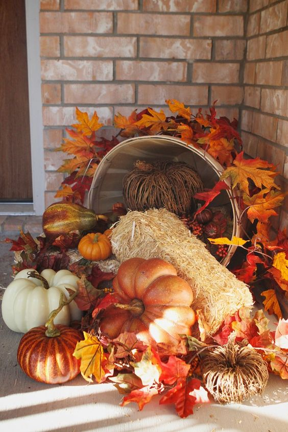 Harvest fall front porch decoration idea #frontdoor #porch #decor #falldecor #pumpkin #autumn #decoratingideas #homedecor #decorhomeideas