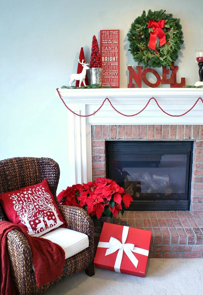 Red Christmas mantel decoration #xmas #x-mas #christmas #mantel #homedecor #decoratingideas #festive #decorhomeideas