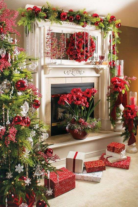 Stunning Christmas decorated mantel #xmas #x-mas #christmas #mantel #homedecor #decoratingideas #festive #decorhomeideas