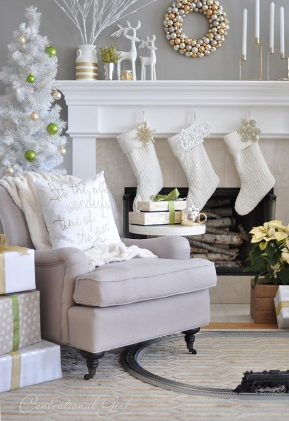 White gold Christmas mantel decoration idea #xmas #x-mas #christmas #mantel #christmasdecortaions #homedecor #decoratingideas #festive #decorhomeideas