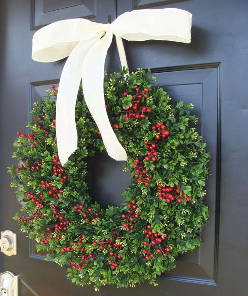 boxwood red berries Christmas wreath idea #diy #xmas #x-mas #christmas #wreath #christmasdecor #decoration #decoratingideas #festive #decorhomeideas