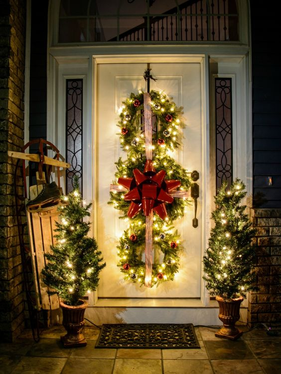 Christmas front door decoration idea #xmas #x-mas #christmas #christmasdecor #decoration #decoratingideas #festive #decorhomeideas