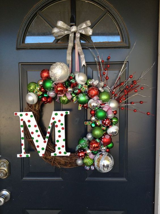 Christmas wreath front door decoration idea #xmas #x-mas #christmas #christmasdecor #decoration #decoratingideas #festive #decorhomeideas