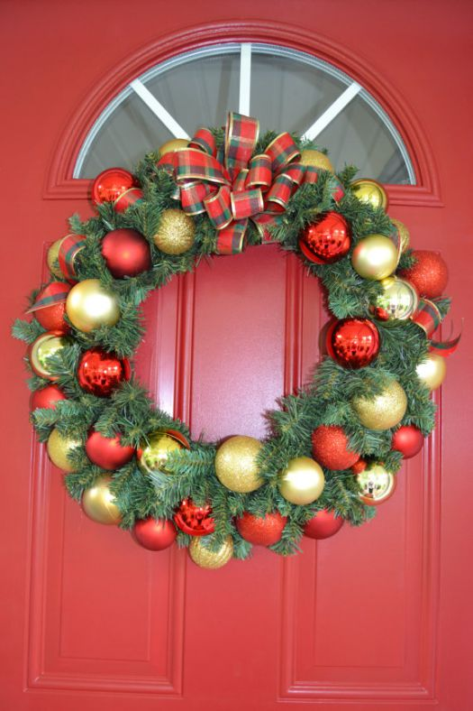 classic Christmas red and gold bulbs wreath #diy #xmas #x-mas #christmas #wreath #christmasdecor #decoration #decoratingideas #festive #decorhomeideas