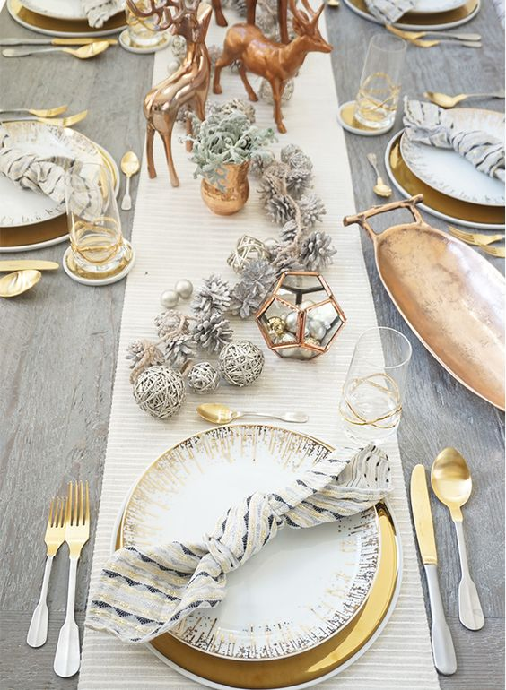 Fabulous gold Christmas table setting idea #xmas #x-mas #christmas #tablesetting #homedecor #decoratingideas #centerpieces #festive #decorhomeideas