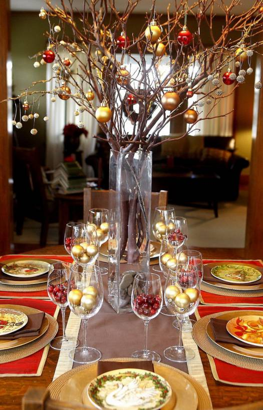 Gold bulbs Christmas table setting idea #xmas #x-mas #christmas #tablesetting #homedecor #decoratingideas #centerpieces #festive #decorhomeideas