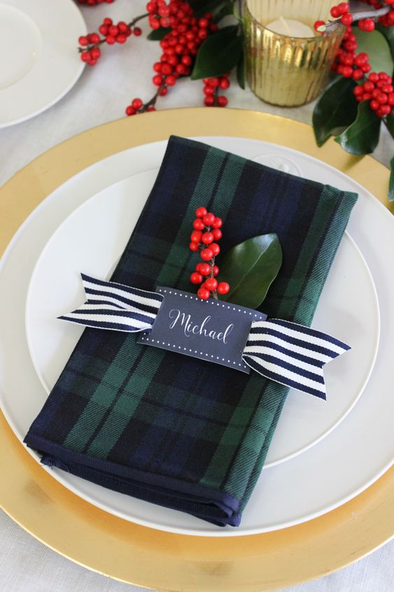 Plaid napkins Christmas table setting idea #xmas #x-mas #christmas #tablesetting #homedecor #decoratingideas #centerpieces #festive #decorhomeideas