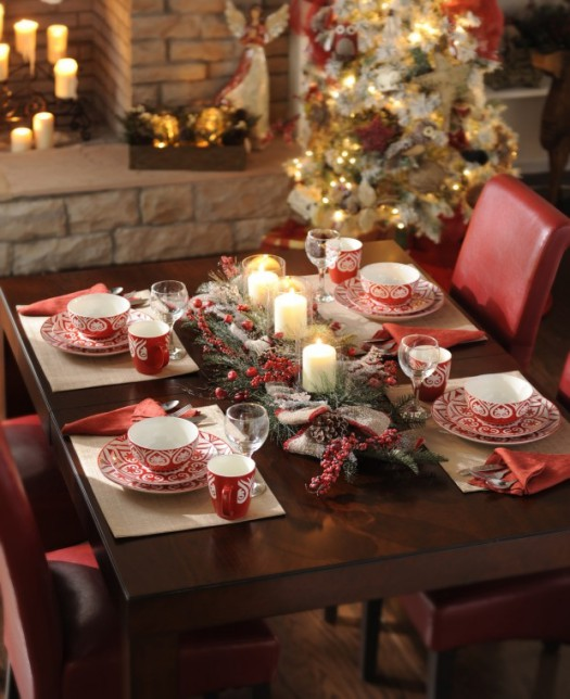 Red and white Christmas table setting #xmas #x-mas #christmas #tablesetting #homedecor #decoratingideas #centerpieces #festive #decorhomeideas