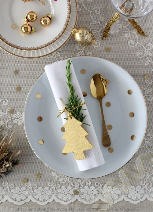 Romantic gold Christmas table setting idea #xmas #x-mas #christmas #tablesetting #homedecor #decoratingideas #centerpieces #festive #decorhomeideas