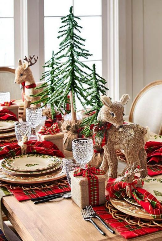 Rustic Christmas table setting idea #xmas #x-mas #christmas #tablesetting #homedecor #decoratingideas #centerpieces #festive #decorhomeideas