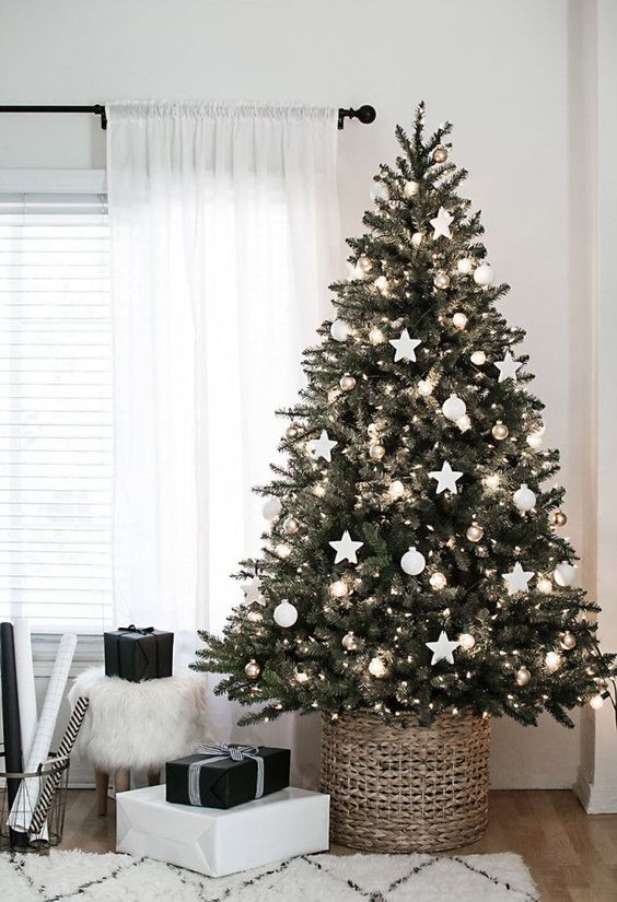 Simple minimal white christmas tree decoration idea #xmas #x-mas #christmas #christmasdecor #decoration #decoratingideas #festive #decorhomeideas
