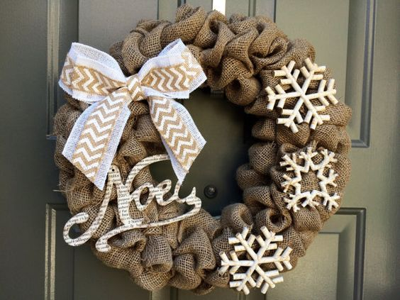 snowflakes rustic Christmas wreath decoration idea #diy #xmas #x-mas #christmas #wreath #christmasdecor #decoration #decoratingideas #festive #decorhomeideas