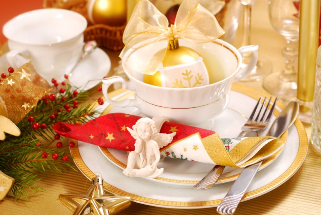 white and gold Christmas table setting