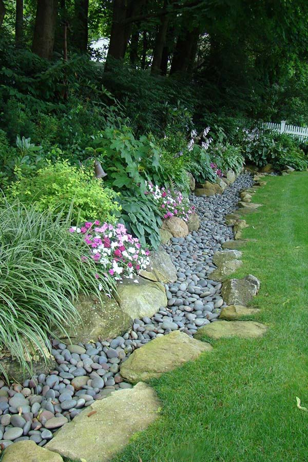 Garden Edge with Large and Small River Stones #lawnedging #lawnedgingideas #landscaping #gardening #gardens #gardenideas #gardeninigtips #decorhomeideas