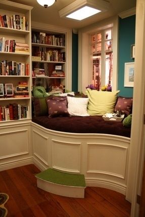 Best reading nook by the window with a bookshelf #readingnook #nook #readingcorner #decoratingideas #homedecor #cozynook #decorhomeideas