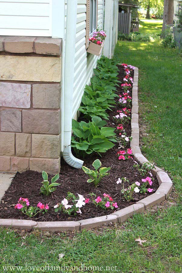 Simple flower bed with brick border #lawnedging #lawnedgingideas #landscaping #gardening #gardens #gardenideas #gardeninigtips #decorhomeideas