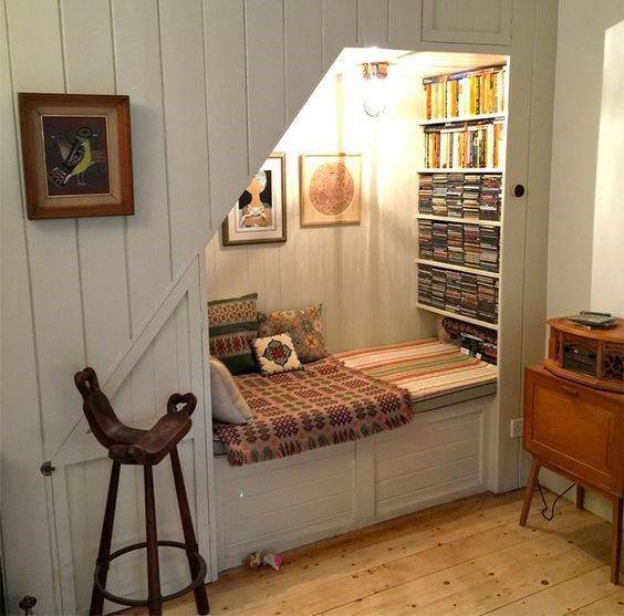 Small and cozy reading nook #readingnook #nook #readingcorner #decoratingideas #homedecor #cozynook #decorhomeideas